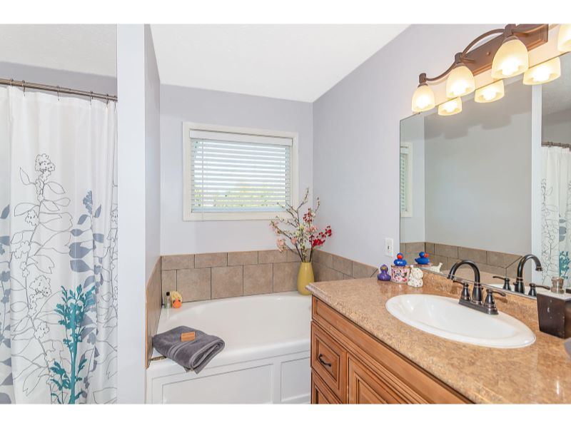 9764 Lakewood Dr Zionsville IN-022-7-Master Bathroom-MLS_Size